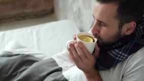 Signore malato che gode della sua tazza di tè con il limone stock footage