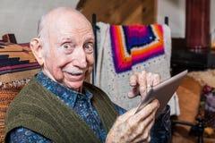 Signore più anziano con la compressa Fotografie Stock