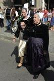 Signore senior in costumi bretoni tradizionali, Quimper, Bretagna, Francia di nord-ovest Immagini Stock Libere da Diritti