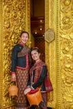 Signore senior turistiche in chiesa buddista Fotografie Stock Libere da Diritti