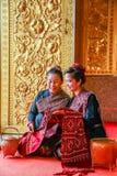 Signore senior turistiche in chiesa buddista che guarda pezzo di locale Immagini Stock