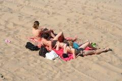 Signore sulla spiaggia Immagine Stock