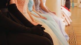 Signore in vestiti lanuginosi che si siedono al alla sala da ballo immagini stock
