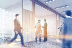 Signori che camminano nell'ingresso del centro di affari Immagini Stock