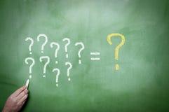 Signos de interrogación en la pizarra Imágenes de archivo libres de regalías
