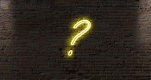 signos de interrogación de la luz de neón en una pared de ladrillo oscura Foto de archivo