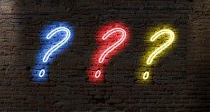 signos de interrogación de la luz de neón en una pared de ladrillo oscura Fotografía de archivo