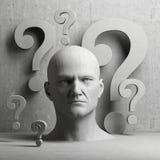 Signos de pensamiento de la estatua y de interrogación del hombre Imagen de archivo