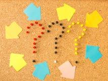Signos y flechas de interrogación del tablero tres del corcho foto de archivo libre de regalías