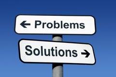 Signpost, der auf Probleme und Lösungen zeigt. Stockfoto