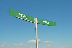 Signpost di guerra e di pace fotografie stock libere da diritti
