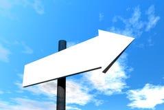 Signpost em branco de encontro ao céu Fotos de Stock