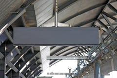 Signpost em branco de suspensão na estação de metro Fotos de Stock