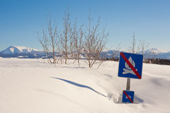 Signpost engraçado no snowdrift fotos de stock royalty free