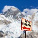 Signpost långt till monteringen everest b C överkant av Mount Everest arkivfoto