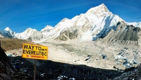 Signpost långt till monteringen everest b.c. Arkivbilder