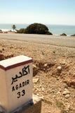 Signpost på vägen royaltyfria bilder