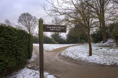 Signpost pointing to King Henry`s Mound in Richmond Park. The mound was traditionally the spot thought to be where King Henry VIII stood to watch a rocket stock image