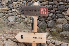 Signpost showing directions to Banyalbufar and Planici on the GR 221 hiking trail. Wooden signpost showing directions to Banyalbufar and Planici on the GR 221 stock photography