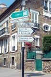 Signpost vicino a Parigi fotografie stock libere da diritti