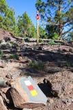 Signposted z hiszpańszczyzny flaga barwi wycieczkujący trasę Księżycowy krajobrazowy Paisaje Księżycowy Kamienisty ślad, Tenerife Zdjęcia Stock