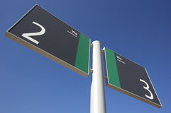 Signposten på en järnväg posterar Royaltyfri Foto