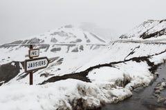 Signposting på sänkan de la Bonette, snöig maritima fjällängar, Frankrike Arkivfoton