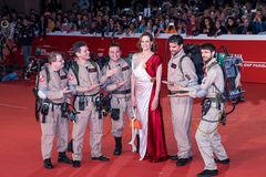 Sigourney Weaver marchent un tapis rouge images stock