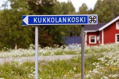 Sigpost με την κατεύθυνση στα ορμητικά σημεία ποταμού Kukkola που βρίσκονται βόρεια Στοκ Εικόνα