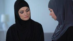 Sigs musulmans malheureux d'épouse tristement et regards à l'ami, obéissance islamique, crise clips vidéos