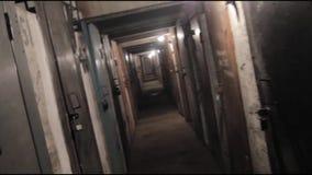 Siguiendo adentro en el pasillo de un edificio viejo, de largo y vestíbulo oscuro almacen de video