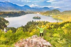 Siguiendo alrededor del lago sangrado en Julian Alps, Eslovenia Imagen de archivo