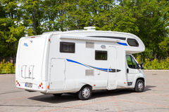 Sigulda ΛΕΤΟΝΙΑ - 31 ΑΥΓΟΎΣΤΟΥ 2015: Άσπρο οικογενειακό αυτοκίνητο τροχόσπιτων Στοκ εικόνα με δικαίωμα ελεύθερης χρήσης