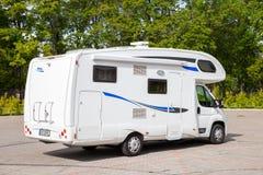 Sigulda ЛАТВИЯ - 31-ОЕ АВГУСТА 2015: Белый семейный автомобиль туриста Стоковое Изображение RF