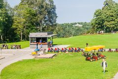 SIGULDA, LETLAND - AUGUSTUS 21, 2016: Ga karts, een deel van Tarzan-Avonturenpark in Sigulda, Latv royalty-vrije stock foto's