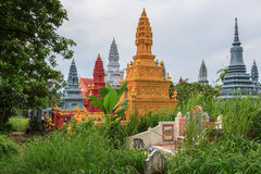 SIHANOUKVILLE КАМБОДЖА, 26-ОЕ ИЮНЯ 2015: Сад пагод Wat Krom старый красивый в кладбище 26-ого июня 2015 Стоковое Фото