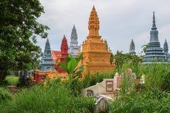 SIHANOUKVILLE CAMBODJA, JUNI 26, 2015: Wat Krom Pagodas gammal härlig trädgård i kyrkogård på Juni 26, 2015 Arkivfoto