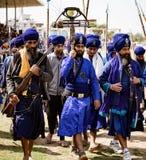 Sihks нося голубые тюрбаны и плащи маршируют к фестивалю стоковые фото