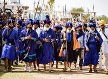 Sihks нося голубые тюрбаны и плащи маршируют к фестивалю стоковые изображения rf
