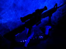 Sihlouette av ett gevär för sport AR-15, en taktisk kniv och en handeldvapen fotografering för bildbyråer