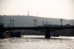 Sihlouette von einem von Prag-Brücke mit Petrin-Hügel im Hintergrund Stockfotografie