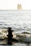 Sihlouetted-Steinhaufen im Ozean Stockfoto