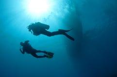 Sihlouetted Unterwasseratemgerättaucher lizenzfreies stockbild