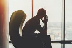 Sihluette do homem de negócios pensativo perto da janela Imagens de Stock