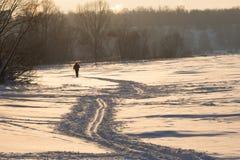 Siholuette distante del esquiador Foto de archivo libre de regalías