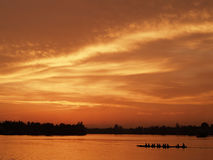 Sihouette在日落片刻的小船视图 免版税库存照片