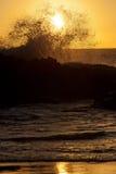 Sihouette d'une vague au coucher du soleil Images libres de droits