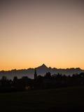 Sihouette de una montaña en la puesta del sol Imágenes de archivo libres de regalías