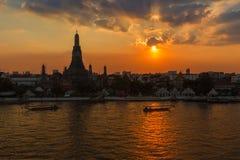 Sihouette Wat Arun, заход солнца через реку стоковое фото