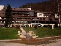 Sijarinjskabanja, kuuroord, kuuroord in Zuid-Servië, Hotelgeiser Stock Foto's